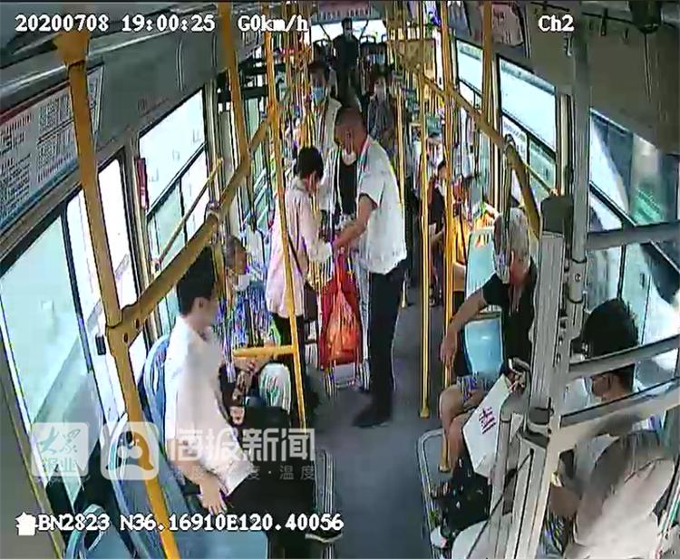 """青岛公交遇盲人乘车:""""请相信我,我是公交司机。""""(视频)"""