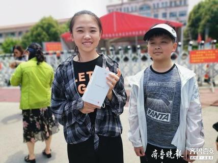 高考结束枣庄一暖心老爸:孩子要上大学了,给她买部新手机