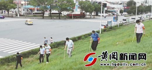 黄州区赤壁街道建新社区新时代文明实践站志愿者助力防汛减灾
