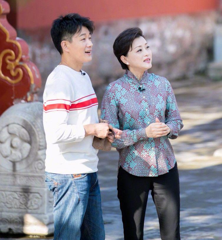 杨澜录节目穿花衬衫,搭了条紧身裤,没想到老了还挺潮!