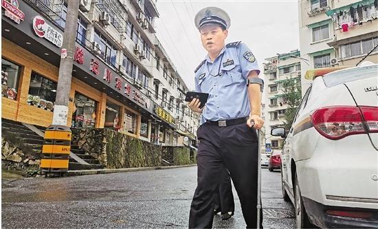 """风雨中挺立的脊梁丨建德""""拐杖交警"""":警察轻伤不下火线"""