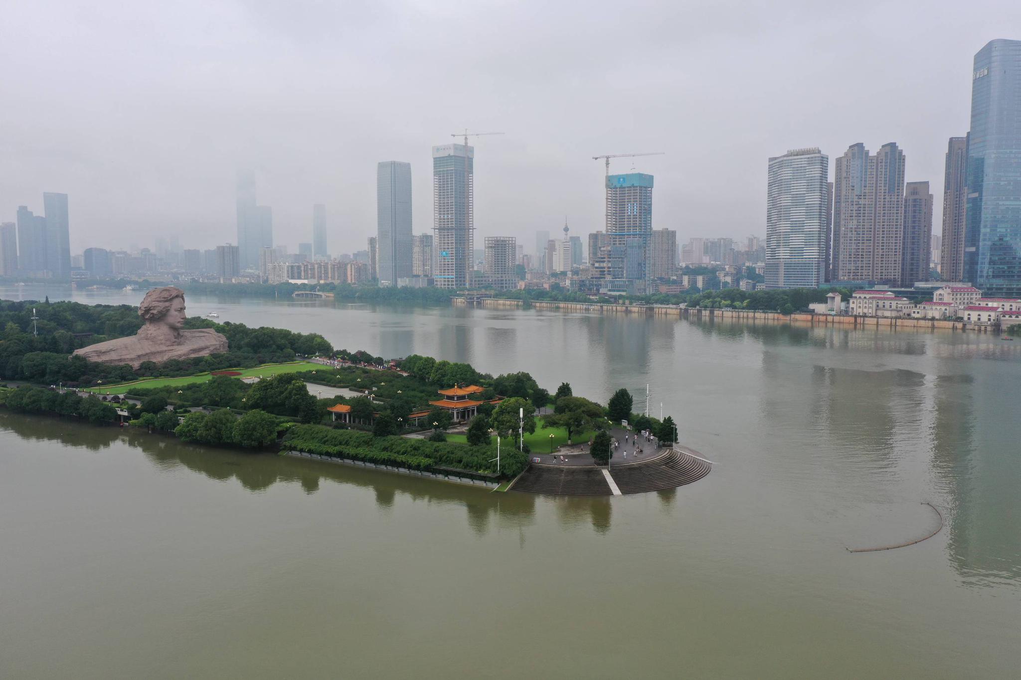 湖南长沙湘江水位上涨,橘子洲景区暂时闭园