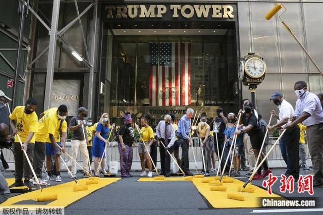"""特朗普大厦前遭""""动土""""纽约市长亲自涂反歧视标语"""