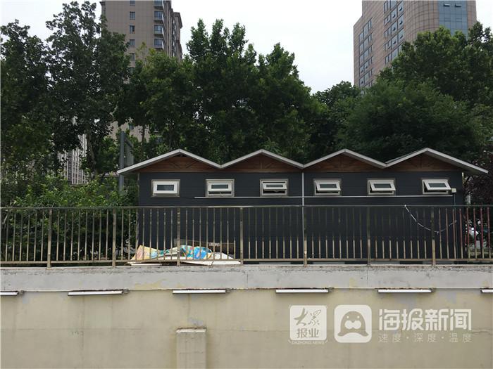 广饶全福元楼前公共厕所外垃圾堆放无人清理