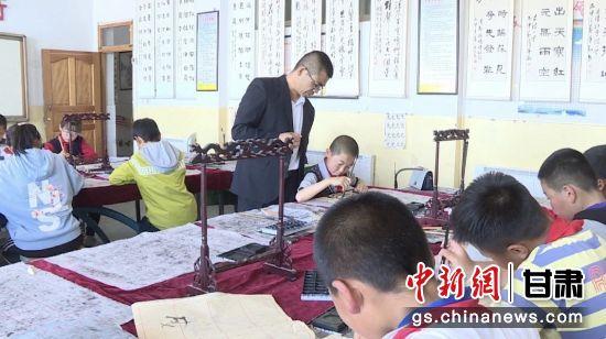 甘肃永昌教师:讲台上的无悔坚守 照亮农村孩童求学之路
