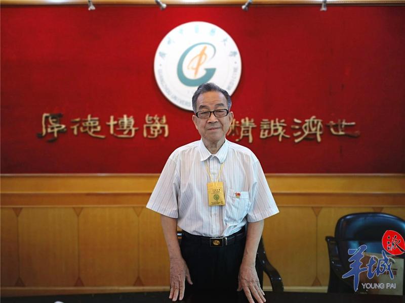 """83岁""""抠门教授""""肖鑫和:45元单车用25年,捐款近70万!"""