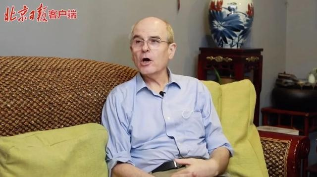 他的父母是穿中山装的美国人,第一批获中国绿卡,还与杨振宁同窗