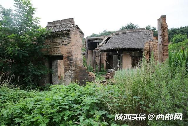 西安少陵原上废弃的古宅 没倒的垂花门精美无比