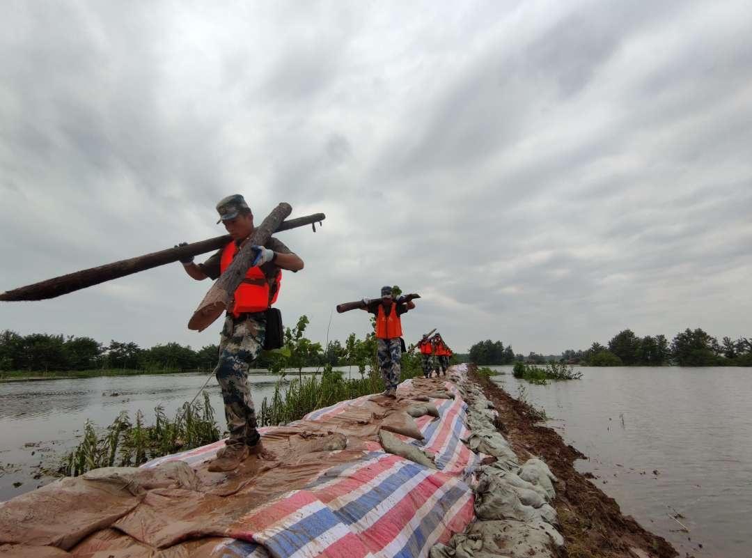 与洪水抢时间,空降兵某旅官兵抢筑洪湖垸围子堤