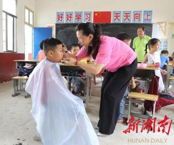 """教室里开设""""理发店"""",小学校长义务为学生理发近3年"""
