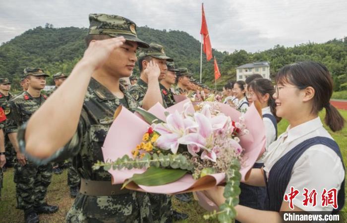 260多位武警官兵援建德抗洪 奋战