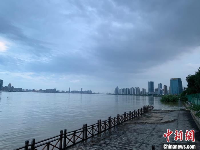 江岸游步道及秋水广场被洪水淹没,部分木质游步道被洪水冲毁。 李韵涵 摄
