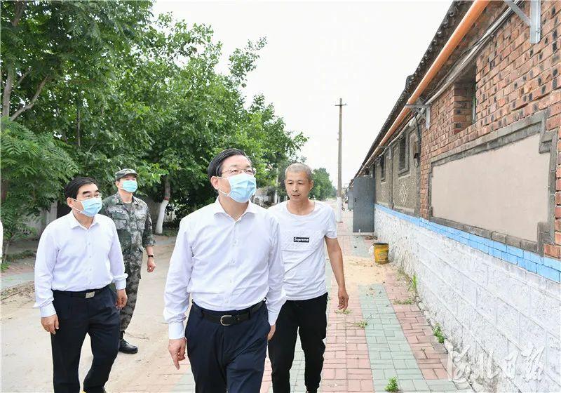地震后,省委书记第一时间来到震中现场图片