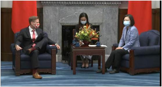 加拿大驻台代表见蔡英文时出现这动作,国民党籍台北市议员:好怪!