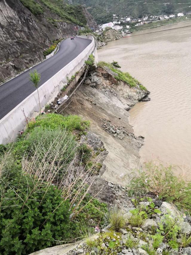 路基垮塌 国道318泸定段双向交通中断