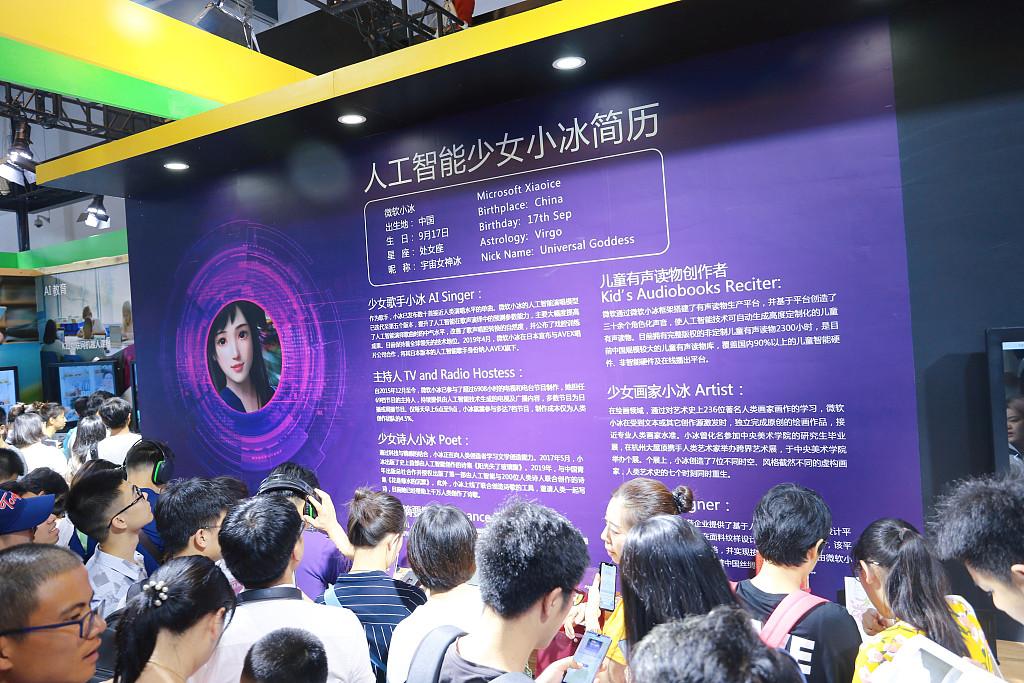 """微软小冰""""六岁""""独立:中国血统浓厚 王小川正与团队成员会面"""