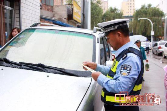 """西峰公安交警""""温馨提示单""""柔性执法获市民点赞"""