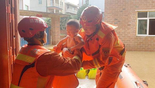应急管理部调派1000名消防员紧急支援江西抗洪