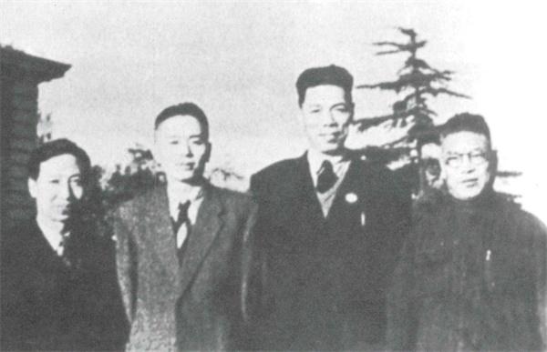 改革开放后,他带领首个内地访问团访问香港,包玉刚、董建华招待了他们