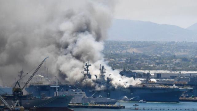 美军起火的两栖攻击舰还在烧 官