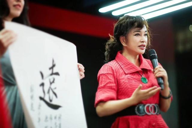 刘晓庆举办书法展,穿红裙大气优雅,也不再刻意掩饰皱纹了!