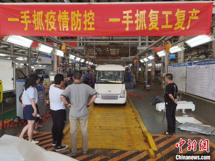 疫情缓解后,五菱工业抓紧复工复产,生产多用途车辆。 蒙鸣明 摄