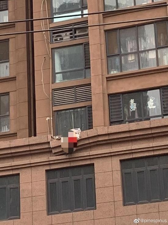 郑州独居女子穿红色内衣坠亡 倒挂门面房屋顶吓坏路人