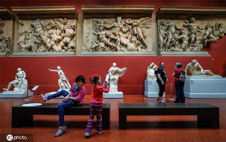 俄罗斯普希金国家艺术博物馆对公众开放 游客络绎不绝
