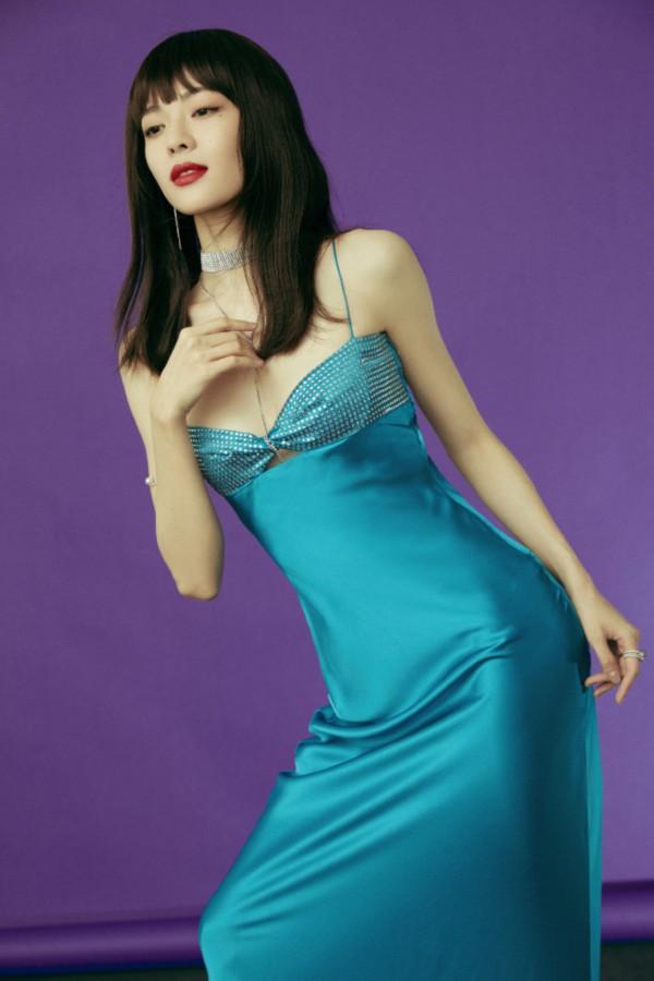 钟楚曦湛蓝低胸长裙秀S身材,齐刘海造型有点老气