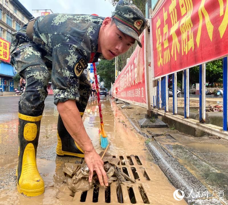 广西柳州:洪水再袭 武警官兵紧急出动