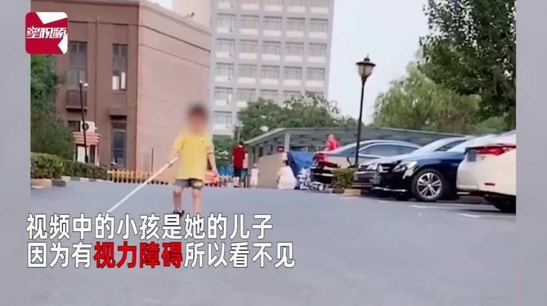"""东方快评丨""""视力障碍男童被挡""""是否只是占道者之责?"""