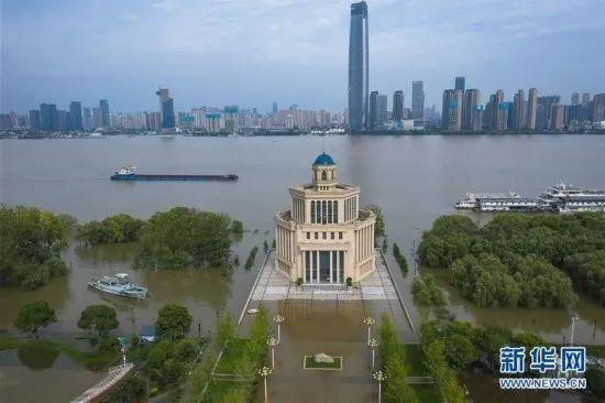 ▲长江中卑鄙大水洪峰顺遂汉口江段(新华社记者 肖艺九 摄)