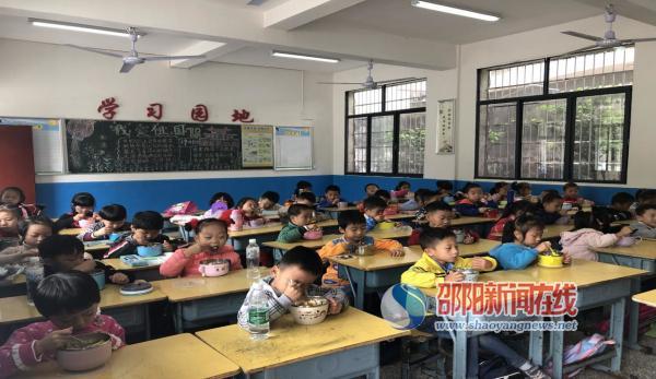 """新宁县藕塘小学用""""心""""办好食堂"""