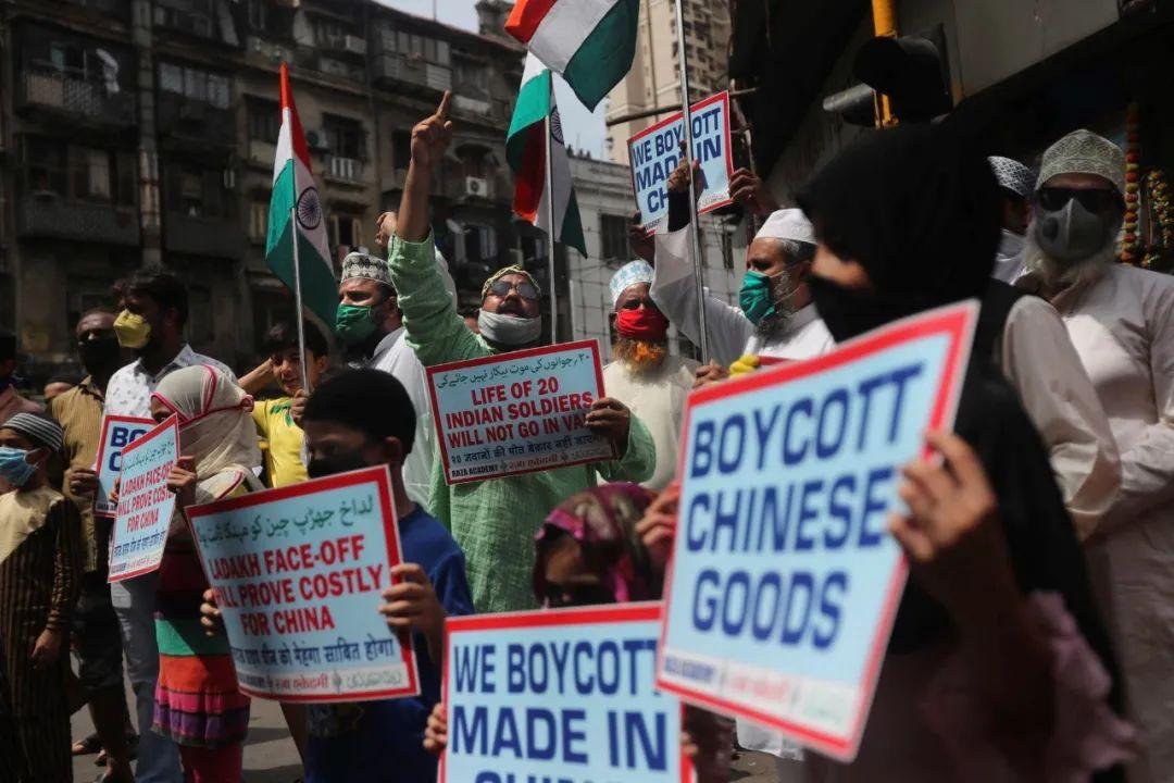"""6月20日,印度孟买民众发起抗议示威,高呼""""抵制中国商品""""等口号。图源:美联社"""