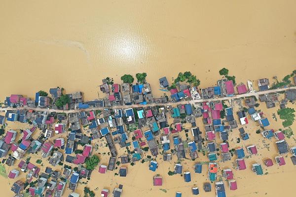 2020年7月11日,航拍洪水围困中的江西省鄱阳县昌洲乡南湖村。人民视觉 图