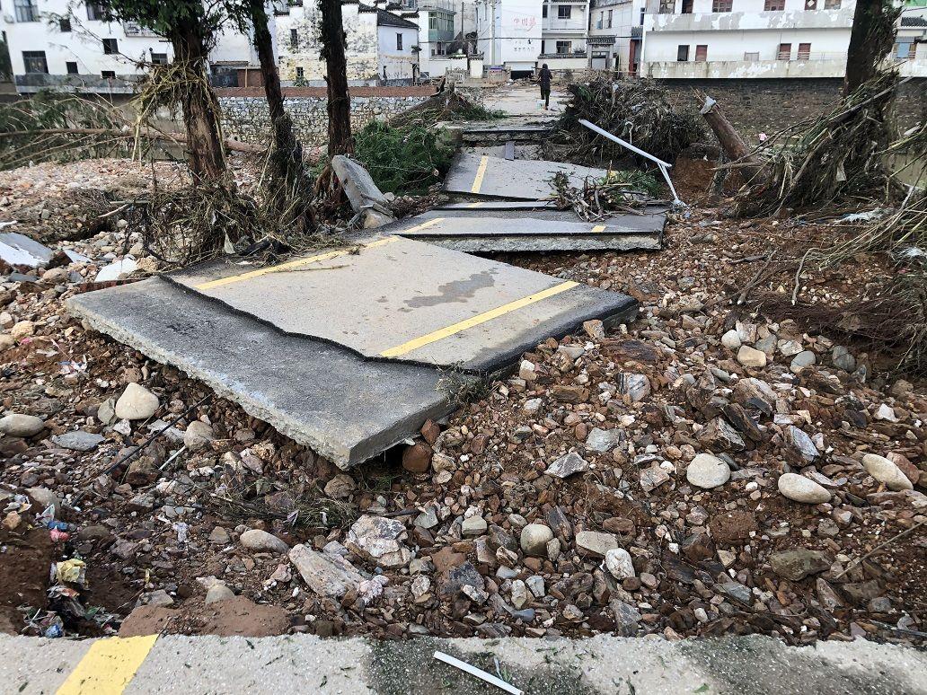 被洪水冲毁的车田村小广场。受访者供图
