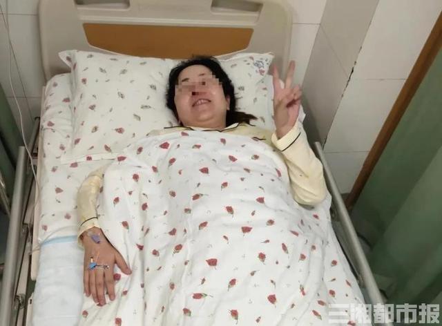 """孕妇医院门口突临产,助产士""""临时汽车产房""""营救新生儿"""