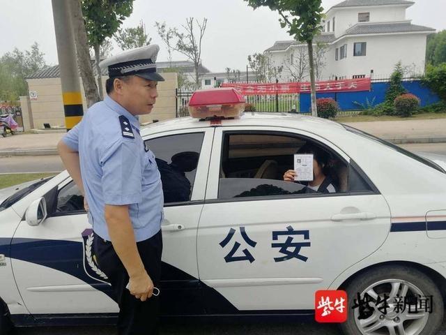 复习迎考将准考证落教室,交警驾车火速帮助取回