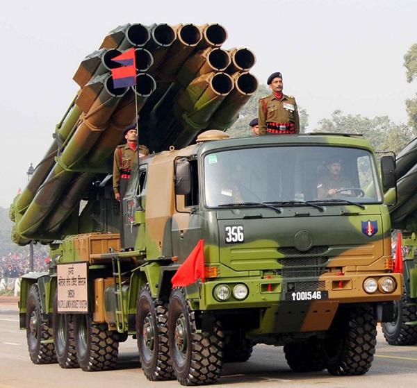"""印度从俄罗斯引进的""""龙卷风""""多管火箭炮"""