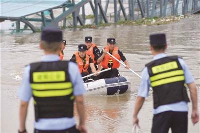 建邺警方组建 24小时皮划艇巡防小分队