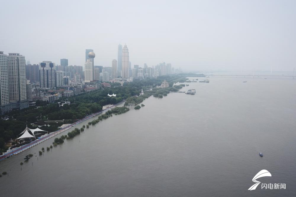 48秒|闪电新闻记者武汉江堤直击:汉口江滩建成18年来首次全面过水行洪