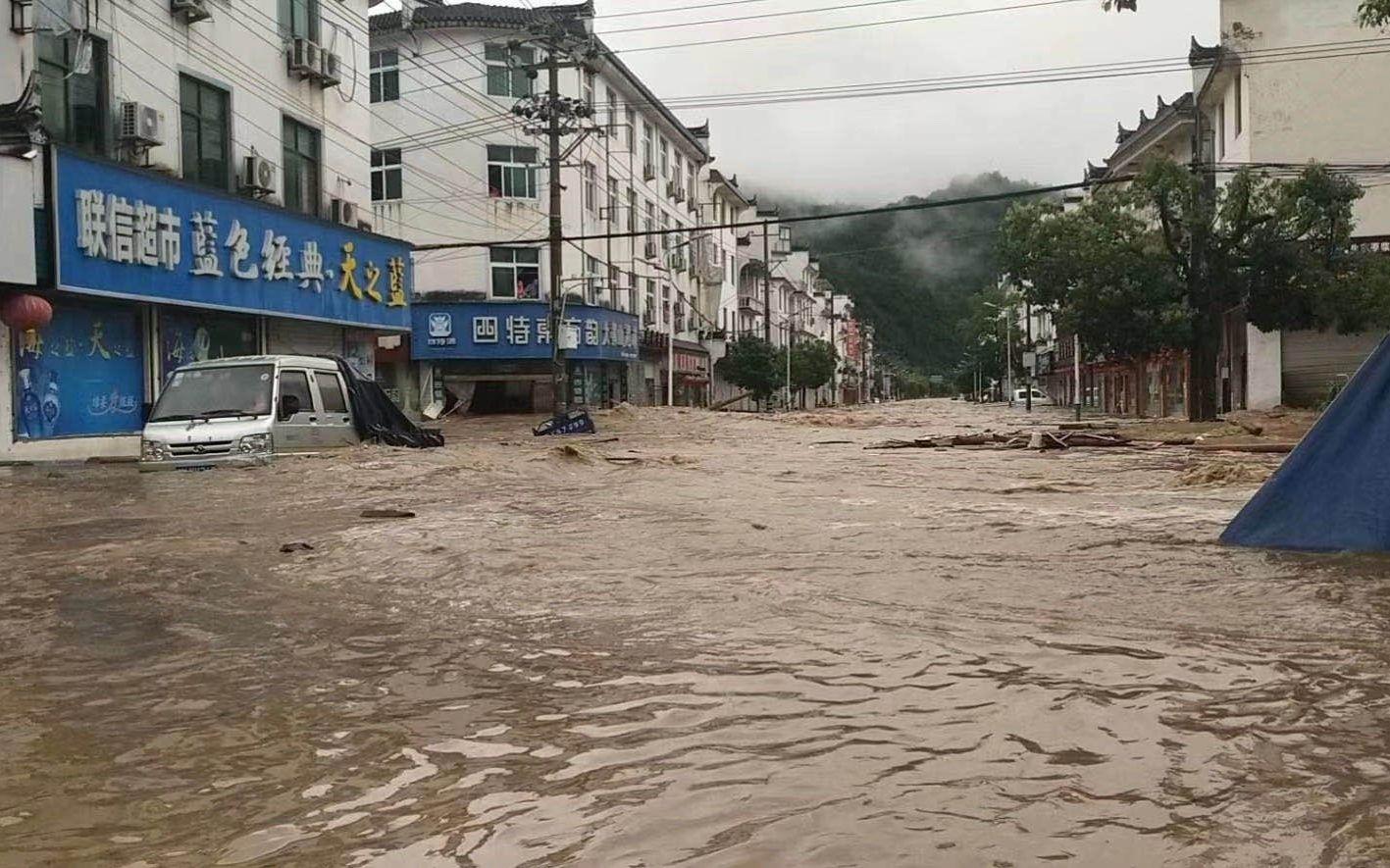 洪水经过车田村大街。受访者供图