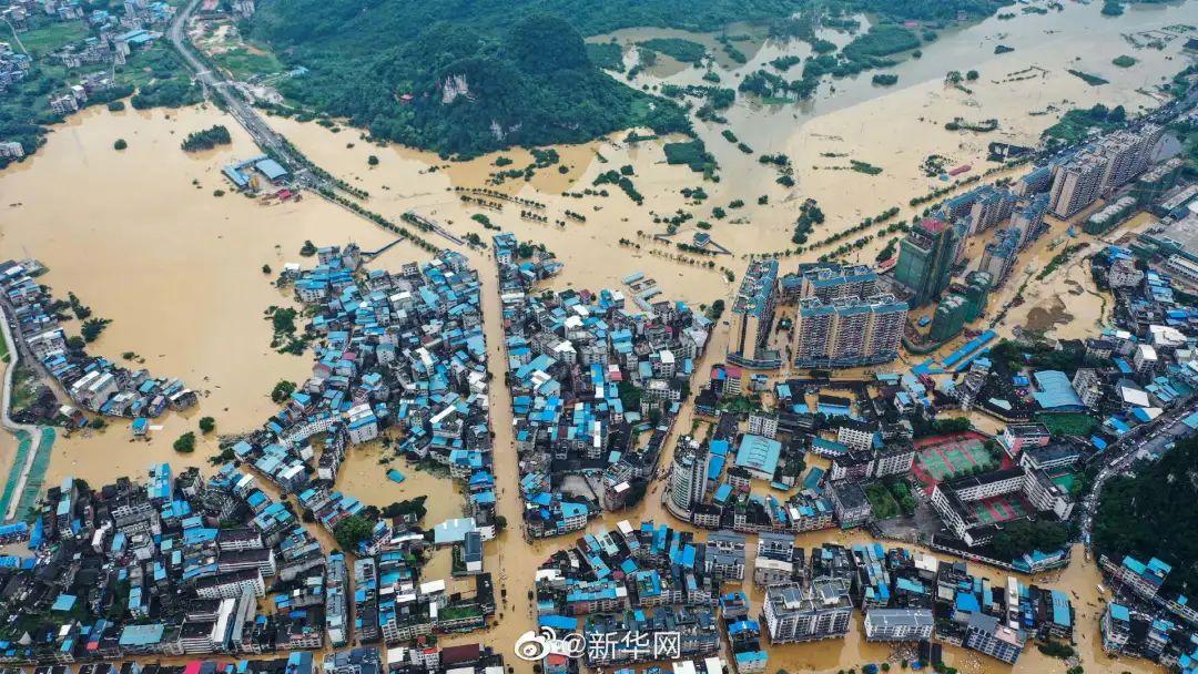 洪水中,柳州融水女医护人员爬窗转移待产孕妇