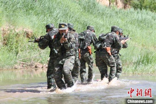 甘肃武警开展复杂环境实战训练