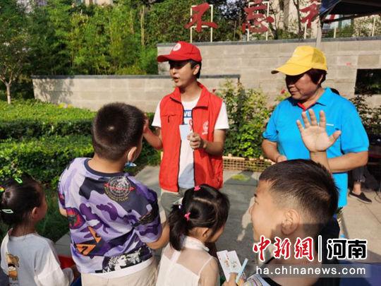 """团郑州市委开展""""小手拉大手践行'垃圾分类 新时尚""""社区宣传实践活动"""