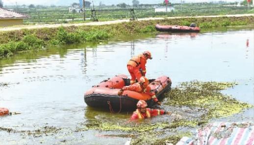 我省225名消防救援人员连夜驰援江西彭泽