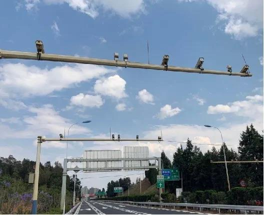 7月20日开罚 货车在昆玉高速请靠最右侧行车道通行