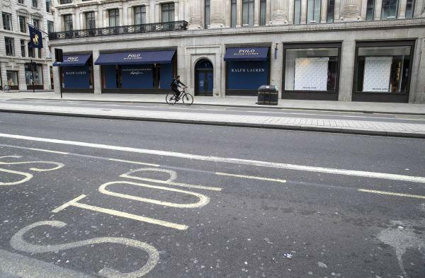 资料图片:英国伦敦摄政街拍摄的关闭的店铺。(新华社)