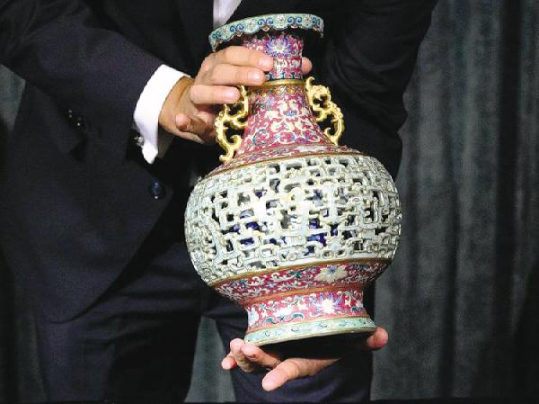 欧洲老妇闲置一花瓶50年竟是乾隆皇帝御用以900万美元售出