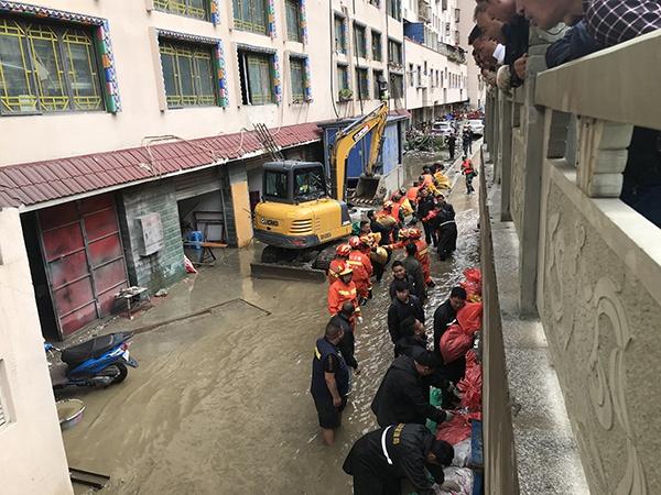 四川德格:河水倒灌民房被淹,多部门参与救援图片